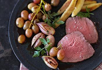 Würziger Rindslungenbraten mit Schalotten-Trauben-Gemüse und Schupfnudeln Foto: © Janne Peters