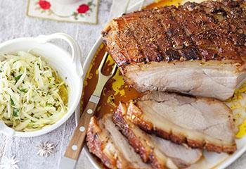 Schweinskrustenbraten mit Biersauce und pikantem Zwiebel-Krautsalat Foto: © Maria Grossmann & Monika Schürle