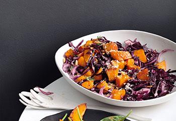 Gebratener Kürbis-Rotkraut-Salat mit Kren Foto: © Peter Garten