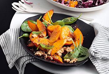Kürbis-Spinat-Salat mit Walnüssen und Orangen Foto: © Peter Garten