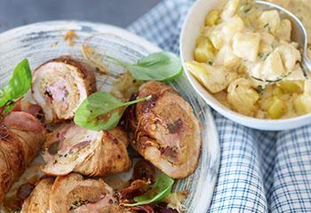 Schweinsrouladen mit Sauerkraut-Speck-Trauben-Fülle und Obers-Erdäpfel Foto: © Janne Peters