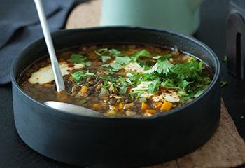 Vegane Linsensuppe mit Curry-Joghurt Foto: © Monika Schürle