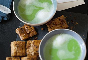 Vegane Erbsensuppe mit Blätterteigkissen Foto: © Monika Schürle