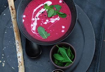 Rote-Rüben-Ingwer-Suppe mit Kokosmilch und Knusperstangen Foto: © Monika Schürle