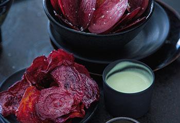 Getrocknete und frittierte Rote-Rüben-Chips mit Wasabi-Dip Foto: © Monika Schürle