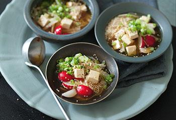 Vegane Ingwer-Kren-Suppe mit Glasnudeln, Radieschen und Tofu Foto: © Monika Schürle