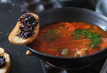 Vegane Peperonatasuppe mit Oliven-Crostini und Petersilienöl Foto: © Monika Schürle
