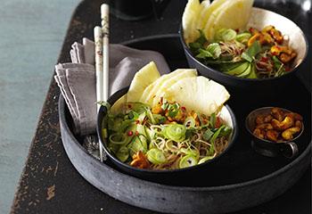 Veganer Glasnudelsalat mit Gurke, Jungzwiebeln, Ananas und Curry-Cashews Foto: © Monika Schürle
