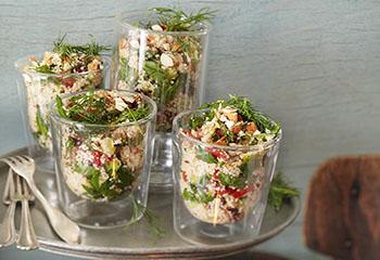 Veganer Couscoussalat mit Feigen, Cranberrys und Mandeln Foto: © Monika Schürle