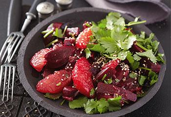 Veganer Rote-Rüben-Salat mit Grapefruit, Sesam und Koriander Foto: © Monika Schürle