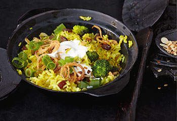 Gebratener Curryreis mit Brokkoli und Röstzwiebeln Foto: © Thorsten Suedfels