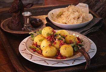 Fleischknödel mit Specksauce und Champagnerkraut Foto: © Janne Peters