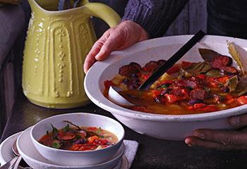 Paprika-Wurstsuppe mit Oliven und Lorbeer Foto: © Walter Cimbal