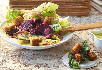 Wintergemüse-Salat mit Erdäpfel-Dressing, Mohn und Salbeicroûtons Foto: © Walter Cimbal