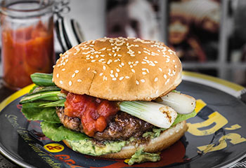 Chili-Beefburger mit Jungzwiebeln Avocadomus Foto: © Wolfgang Schardt