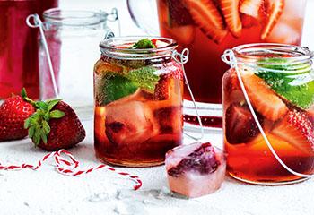 Erdbeer-Minz-Sirup mit Erdbeer-Eiswürfeln Foto: © William Meppern
