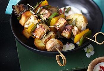 Gemüsespieße mit Tofu und Chili-Joghurt Foto: © Monika Schürle