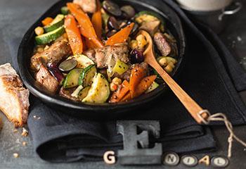 Schopfbraten mit Kichererbsen, Zucchini und Trauben Foto: © Wolfgang Schardt