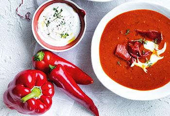 Suppe vom gebratenen Paprika mit Joghurt und Thymian Foto: © William Meppem