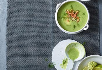 Avocado-Spinat-Gazpacho mit Räucherlachstatar Foto: © Walter Cimbal