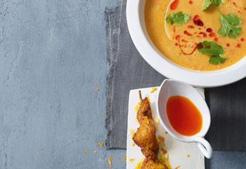 Linsensuppe mit Chiliöl und Curry-Hühnerspießen Foto: © Walter Cimbal