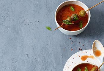 Tomatensuppe mit Kräuter-Speck-Oliven Foto: © Walter Cimbal