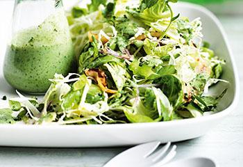 Fruchtiger grüner Salat mit knusprigem Speck und Buttermilchdressing Foto: © William Meppem