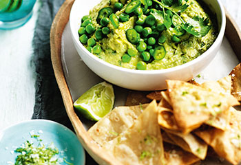 Erbsen-Avocado-Guacamole mit Tortillachips Foto: © William Meppem