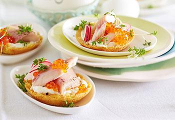 Tartelettes mit Forelle, Frischkäse und Radieschen Foto: © Janne Peters