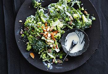 Brokkoli-Erbsen-Salat mit Rucola und Rosinen Foto: © COPYRIGHT