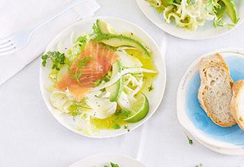 Lachssalat mit grünem Gemüse und Apfel Foto: © Janne Peters