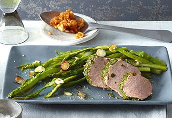 Pochiertes Kräuter-Schweinsfilet mit Tomaten-Schafkäse-Risotto und Haselnuss-Spargel Foto: © Walter Cimbal