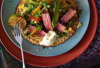 Steak Fajita mit Paprika-Avocado-Salat und Sauerrahm Foto: © Walter Cimbal