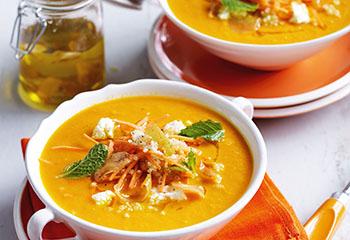 Karottensuppe mit Quinoa, Ricotta und Zitronen-Knoblauchöl Foto: © William Meppem