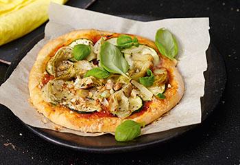 Vegane Pizza mit Zucchini und Artischocken Foto: © Monika Schürle