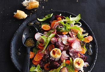 Bunter Salat mit Senfdressing und Ziegenkäse Foto: © Thosten Suedfels