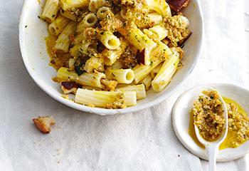 Pasta mit Karottenpesto und Laugenweckerl-Brösel Foto: © Thosten Suedfels