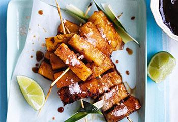 Karamellisierte Ananas-Spieße mit Chili-Zucker-Salz und Schoko-Rum-Dip Foto: © Ben Dearnley
