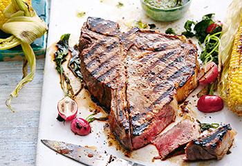 T-Bone-Steak mit Chimichurri, gegrillten Maiskolben und Radieschen Foto: © Thorsten Suedfels