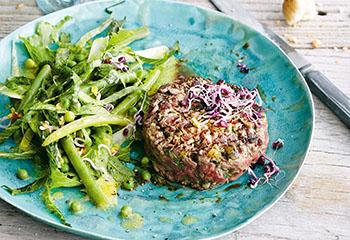 Gegrilltes Steak Tatar mit Fisolen-Erbsen-Sprossen-Salat Foto: © Thorsten Suedfels