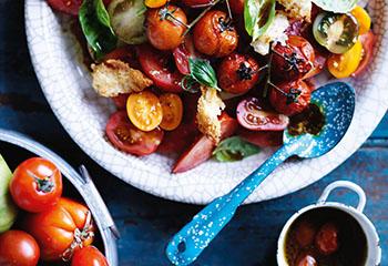 Salat aus frischen und gebratenen Tomaten mit Parmesancroûtons Foto: © Ben Dearnley