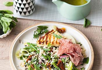 Wildreis-Salat mit gebratenem Halloumi und Salami Foto: © Wolfgang Schardt