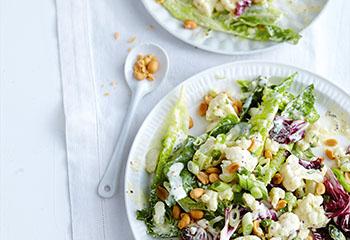 Karfiol-Blattsalat mit Erdnüssen und Joghurtdressing Foto: © Thorsten Suedfels