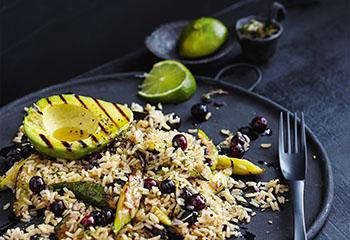 Mediterraner Zucchinireis mit Avocado und Beeren Foto: © Thorsten Suedfels