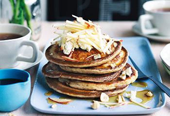 Ricotta-Dinkel-Pancakes mit Apfel, Ahornsirup und Haselnusskernen Foto: © William Meppem