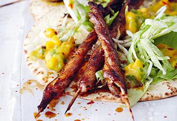 Mexikanische Schweinebauchspieße auf Tortillas mit Mango-Salsa und Eissalat Foto: © Thorsten Suedfels