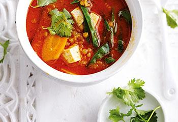 Asiatische Linsen-Currysuppe mit Tofu und Gemüse Foto: © Thorsten Suedfels