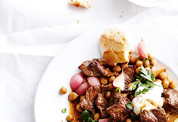 Geschnetzelte Hüfelsteaks mit Radieschen, Kichererbsen und Joghurt Foto: © Thorsten Suedfels