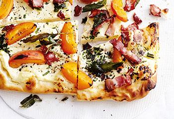Ricotta-Kräuter-Pizza mit Nektarinen und Speck Foto: © Thorsten Suedfels