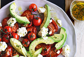 Tomaten-Avocado-Salat mit Cottage Cheese und Thymiandressing Foto: © William Meppem